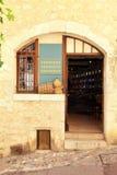 当地葡萄酒商店在圣保罗de Vence 免版税库存图片
