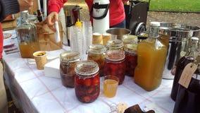 当地被引起的果酱和蜜饯在瓶子 免版税库存图片