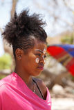 当地马达加斯加人的Sakalava种族女孩,与装饰的面孔的秀丽 图库摄影