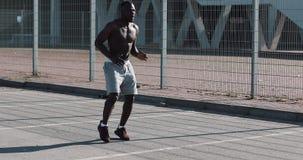 当场跑非裔美国人的运动员人的准备外面 体育锻炼健身刺激健康生活方式 影视素材