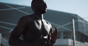 当场跑非裔美国人的运动员人的准备外面 体育锻炼刺激健康生活方式晴天 股票视频