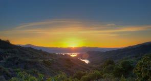 当太阳开始升起,天空发光黄色 免版税图库摄影