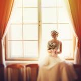 当她在双的前面时,安装阳光突出一个新娘 库存图片