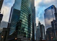 当威利斯塔守卫,芝加哥都市风景反射被反映的窗口表面上  库存照片