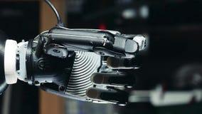 当它得到降下时,一条机器人胳膊的拳头握紧 股票视频