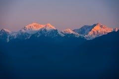Kangchenjunga山遥远喜马拉雅山的日出 库存图片