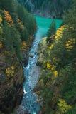 当它流动入Gorge湖,俯视给一条冲的小河的一个史诗观点 库存图片