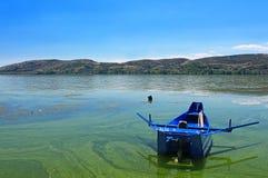 当希腊旗子被绘的小蓝色小船 免版税库存图片