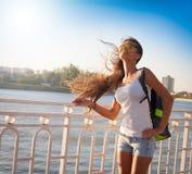 当归 旅游蓝天太阳镜白色衬衣蓝色牛仔裤sho 免版税库存图片