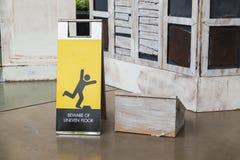 当心参差不齐的地板标志 图库摄影