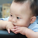 当心哀伤的逗人喜爱的亚裔的婴孩  免版税图库摄影