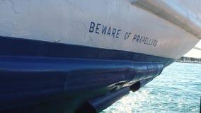 当心在小船船尾的标志  太阳的反射在海 股票视频