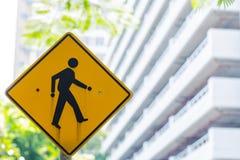 当心步行发怒交通标志横幅 免版税图库摄影