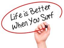 当您冲浪与黑标志时,人手文字生活是更好的 免版税库存照片