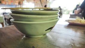 当您吃f时,陶瓷碗堆积了泰国小船面条标志 图库摄影