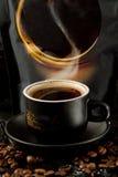 当您看见一个杯子热,芬芳时,饱和的咖啡,您成为象一杯咖啡在囚禁的 库存图片