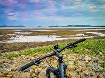当我骑自行车对海滩 免版税库存图片