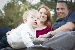 当新父项微笑,逗人喜爱的子项查寻对天空 免版税库存照片