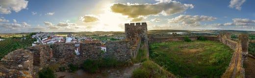 当晚俯视村庄的Terena城堡 免版税库存照片
