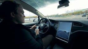 当汽车沿路时,移动司机浏览他的电话 股票视频