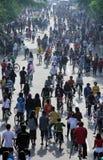 当汽车自由天是自由天星期日早晨发烟时,居民挤满了主路slamet独奏riyadi中爪哇省印度尼西亚 库存照片