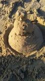 当没有雪时,您能使从湿沙子的一个雪人目炫 免版税库存照片
