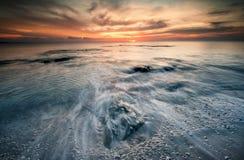 当波浪击中海滩 库存图片