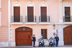 当班摩纳哥的卫兵和的警察保护公爵在他期间在摩纳哥的王子的Palace附近出去 免版税库存照片