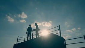 当男孩在滑板舷梯时,去下来朋友在冰鞋公园停留在夏日 股票视频