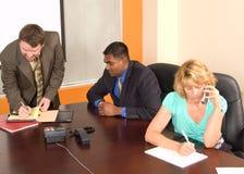 与手机分心的业务会议 免版税库存照片