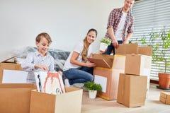 当移动时,家庭打开移动的箱子 免版税库存照片