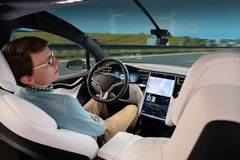 当自动驾驶仪时,驾驶他的汽车一个人睡觉 免版税库存照片