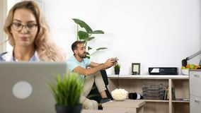 当自由职业者女朋友在家时,工作喧闹的男朋友打电子游戏 股票视频