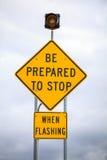 当闪动,路标时,准备停止 免版税库存图片