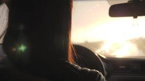 当雨落时,女孩驾驶 驾驶在路在大雨应该是谨慎的 ?? 影视素材