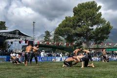 当风暴接近在头顶上,摔跤手为胜利作战在凯梅尔土耳其石油搏斗的节日在土耳其 图库摄影