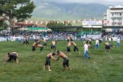当风暴接近在头顶上,摔跤手为胜利作战在凯梅尔土耳其石油搏斗的节日在土耳其 库存照片