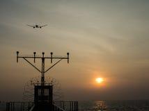 当飞机高于太阳飞行 库存图片