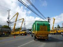 当他们做修理对输电线,卡车阻拦路 免版税库存照片