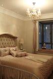 当代和被收缩的时尚的卧室 免版税库存照片