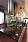 当代工作台面在一个现代厨房里 库存照片
