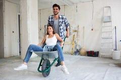 当他们更新房子时,爱恋的夫妇获得乐趣 免版税图库摄影