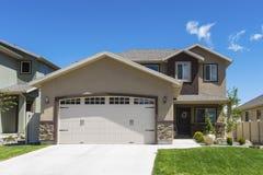 当代有不同高度平面的房子 免版税库存图片