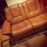 当代棕色皮革沙发 免版税库存照片