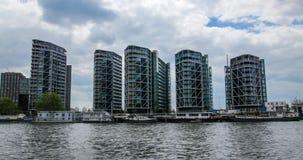 当代河沿不动产开发在西部伦敦 免版税库存图片