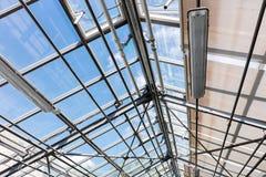 当代温室透明屋顶在明亮的天空下 免版税库存照片