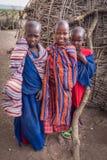 当他们看见游人参观他们的村庄时,马塞人孩子微笑充满幸福 库存照片