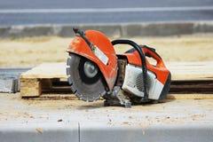 当建立游览车的时,一个停车场锯的遏制板材一把圆锯在一个木板台附近说谎 库存照片