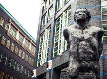 当代艺术,古铜色雕象 现代海牙(小室Haag)市中心,荷兰建筑学  免版税库存图片