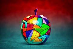 当代艺术,现代艺术 五颜六色的木苹果计算机 装饰果子 免版税库存照片